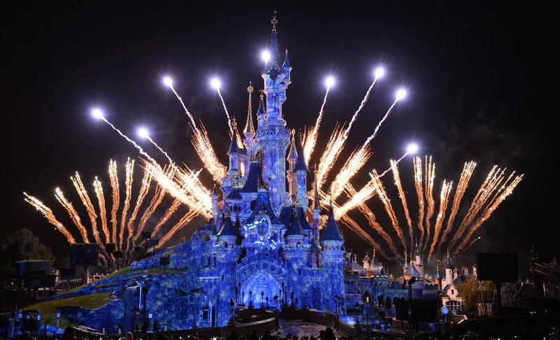 Feuerwerk während Silvesterparty Disneyland